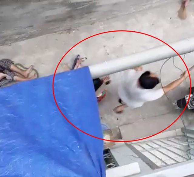 Nhóm đàn ông đuổi đánh con chó - Ảnh cắt từ clip