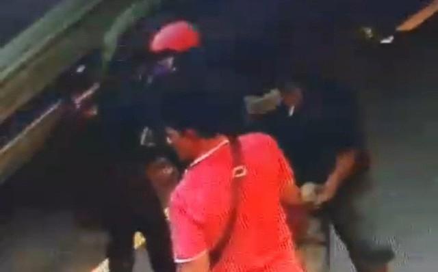 Tân Móp (người mặc áo đỏ) cùng các đối tượng truy sát nhóm thanh niên trong tiệm cầm đồ.