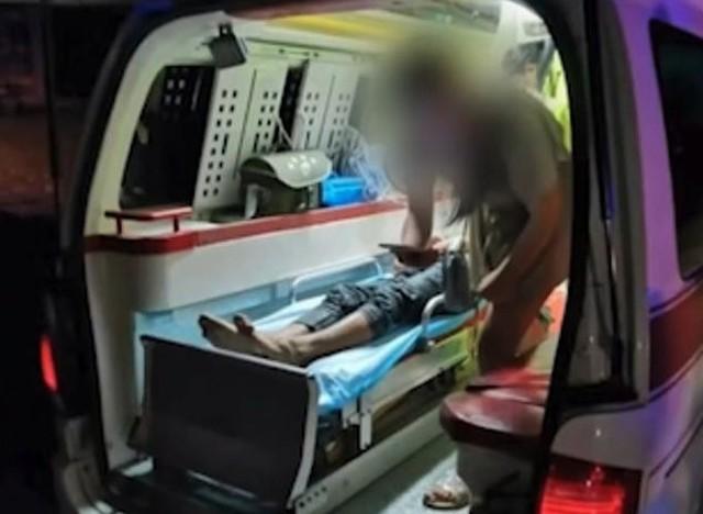 Li ở trên xe cấp cứu sau khi được đưa từ dưới hồ chứa nước lên. Ảnh: Pear Video.