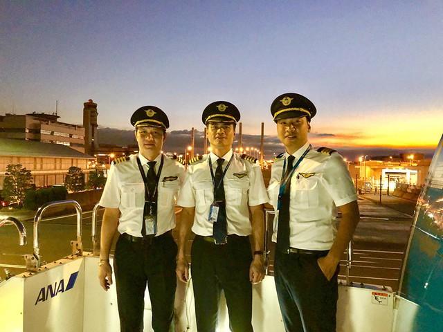 Cơ trưởng Tô Ngọc Giang (giữa) và các đồng nghiệp. Ảnh: NVCC