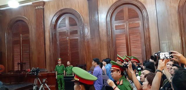 Phiên tòa thu hút đông đảo báo chí kết thúc với bản án nay bị kháng nghị và kháng cáo. Ảnh: Tân Châu