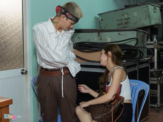 Hoài Lâm được vợ chăm sóc ở hậu trường. Ảnh: Nguyễn Thành.