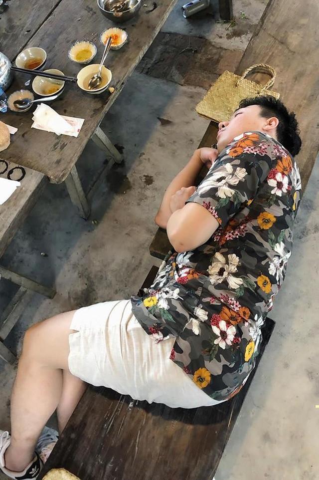 Trong ảnh do BB Trần đăng tải, Trấn Thành đang nằm ngủ ngay trên ghế dài bên bàn ăn. Chia sẻ loạt ảnh ngủ gật của các thành viên, Thánh chơi dơ của Running Man còn đổi tên chương trình thành Ngủ đi ngại chi để mang lại tiếng cười cho người hâm mộ.