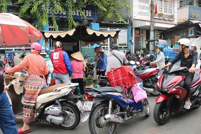 Gánh xôi nhỏ lọt thỏm trong vòng trong, vòng ngoài khách hàng tới mua - Ảnh: Trịnh Thanh
