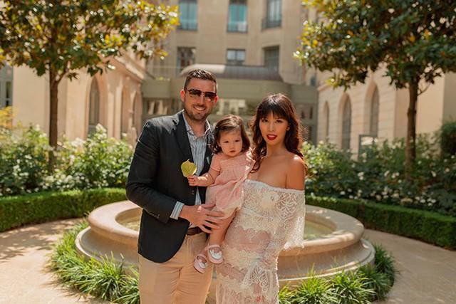 Nữ siêu mẫu đang tận hưởng kỳ nghỉ hè bên chồng và con gái tại Pháp.