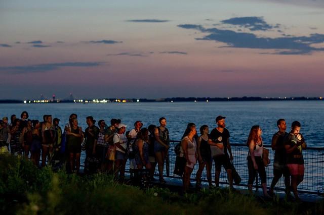 Các nhà hoạt động vì quyền động vật đã biểu tình bên ngoài đường đua New Jersey Shore, nơi nhiệt độ lên tới hơn 32 độ C. Ảnh: New York Times.