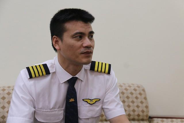 Sau 21 năm làm nghề, điều mà anh cảm thấy hấp dẫn nhất ở công việc này là thách thức của mỗi chuyến bay. Ảnh: Nguyễn Thảo