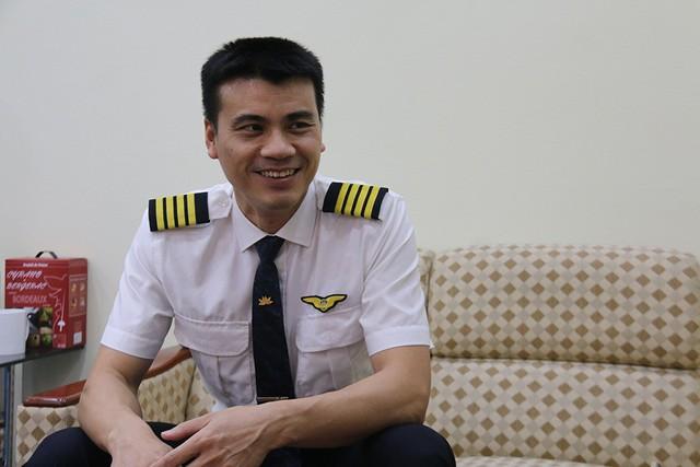 Có 2 yếu tố quan trọng nhất để trở thành một phi công, đó là tâm lý vững vàng và nền tảng kiến thức tốt, cơ trưởng Tô Ngọc Giang chia sẻ. Ảnh: Nguyễn Thảo