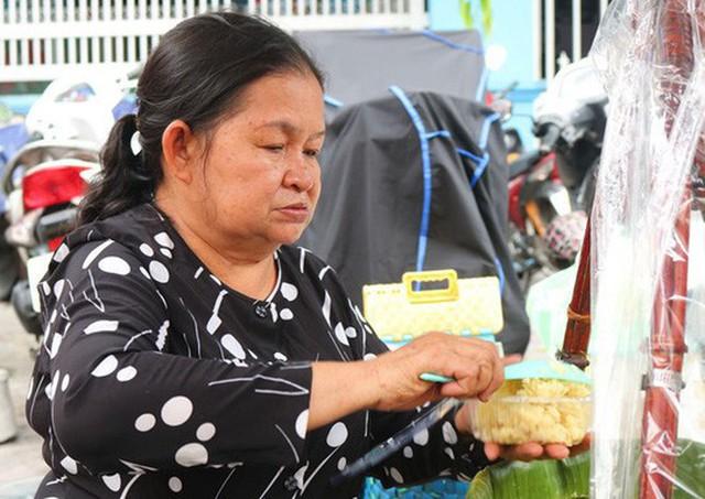 Bà Hà là người thân thiện, chân phương. Người phụ nữ dùng cả thanh xuân gắn bó với nghề bán xôi vẫn ưa thích chiếc áo bà ba giản dị - Ảnh Trịnh Thanh