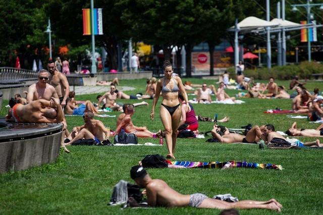 Người dân Mỹ ở nhiều khu vực phải tìm cách đối chọi với nắng nóng vào cuối tuần này khi không có máy điều hòa nhiệt độ. Nhiều thành phố phải mở cửa nơi trú ẩn để giải nhiệt cho người dân.