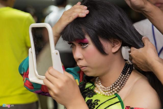 Trong live show, các nghệ sĩ hài đều giả gái nên họ phải trang điểm, làm tóc cầu kỳ. Minh Dự bàn bạc với chuyên gia làm tóc cách giữ mái tóc giả chắc chắn bởi trên sân khấu anh sẽ có những màn ngã, xô đẩy đồng nghiệp.