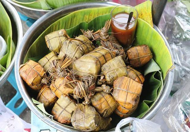 Bà Hà bán thêm bánh tét các loại từ chay, mặn, ngọt - Ảnh Trịnh Thanh