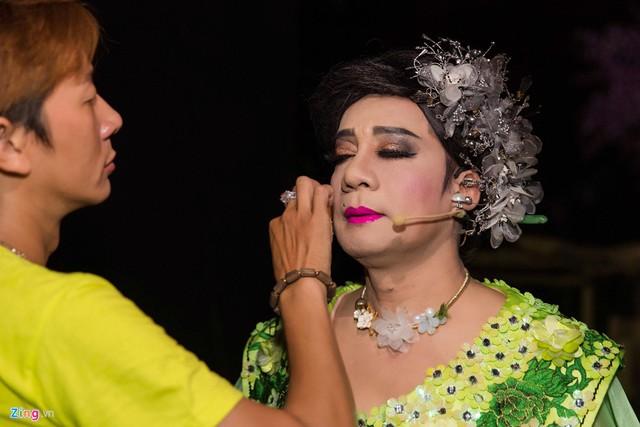 Nghệ sĩ Minh Nhí đóng vai dì của 8 nàng tiên, em kết nghĩa của Phù Thổ. Chuyên gia trang điểm đã mất gần 2 tiếng để hóa trang cho anh.