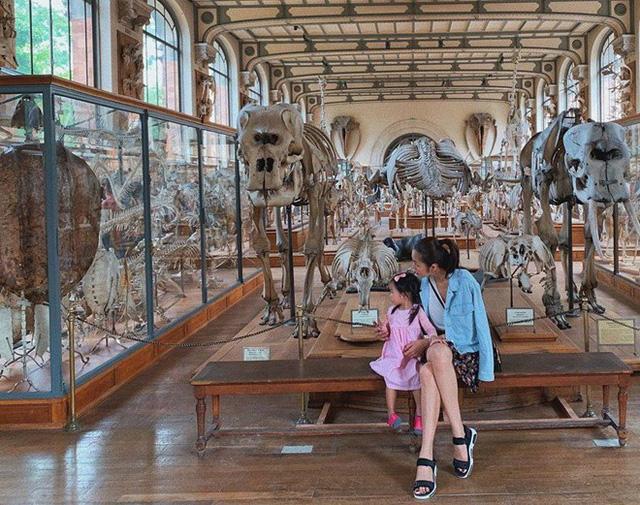 Tăng Thành Hà bất ngờ đăng tải hình ảnh rõ mặt con gái Chloe khi thăm bảo tàng ở Pháp.