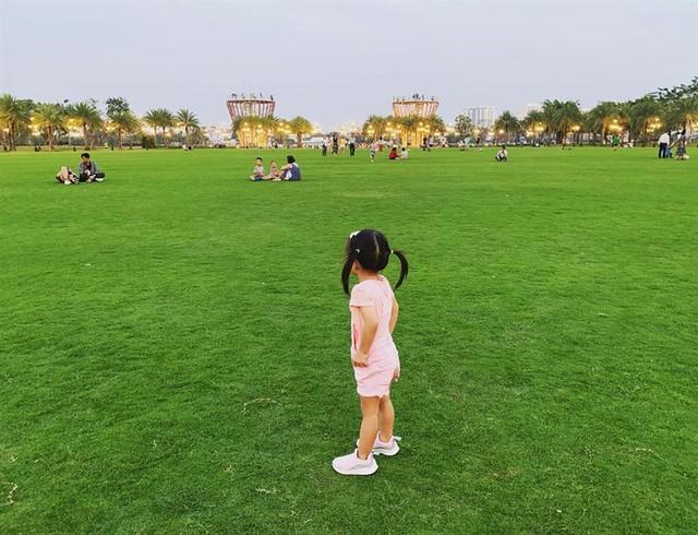 Chloe sở hữu vóc dáng lớn phổng phao so với lứa tuổi. Cô bé cũng diện trang phục màu hồng khi đi chơi cùng bố mẹ.