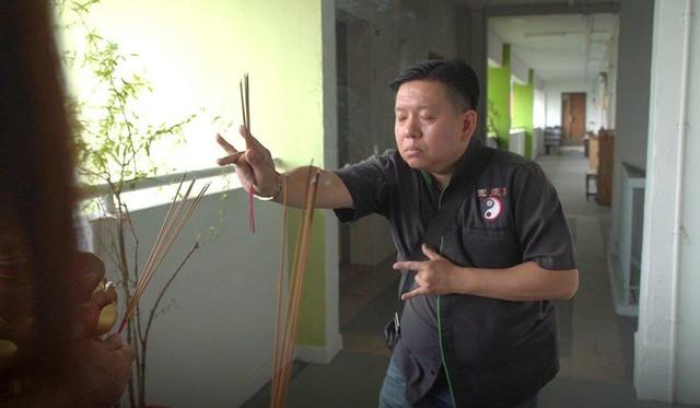 Thầy Jereon Chew giúp khách hàng thanh tẩy năng lượng xấu trong nhà. Ảnh: SCMP.