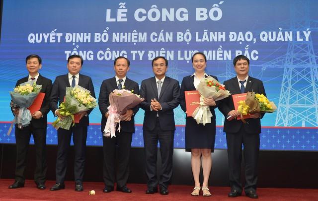 Ông Dương Quang Thành - Chủ tịch HĐTV EVN trao các quyết định bổ nhiệm cho lãnh đạo EVNNPC