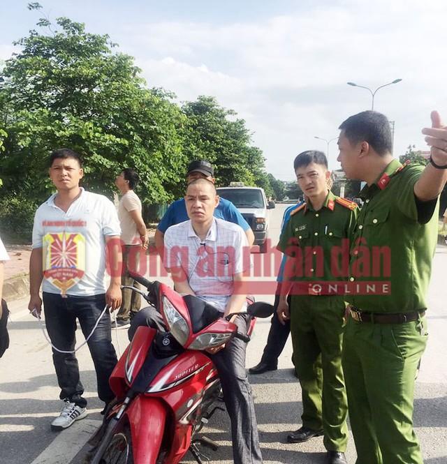 Đối tượng Vì Văn Toán (ngồi trên xe máy) tại buổi thực nghiệm hiện trường sáng nay 18-7. Ảnh: Công an nhân dân