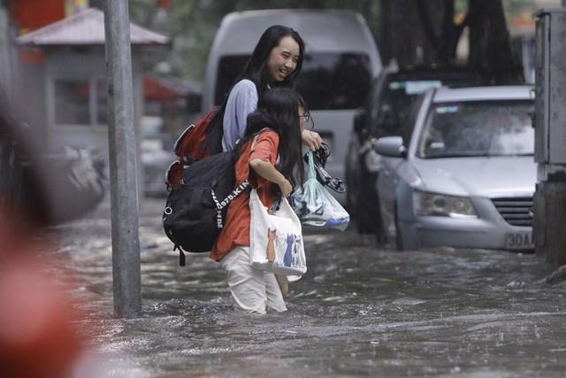 Hà Nội: Nhiều tuyến phố trung tâm bất ngờ ngập nặng, người dân vật lộn giữa mênh mông nước - Ảnh 2.