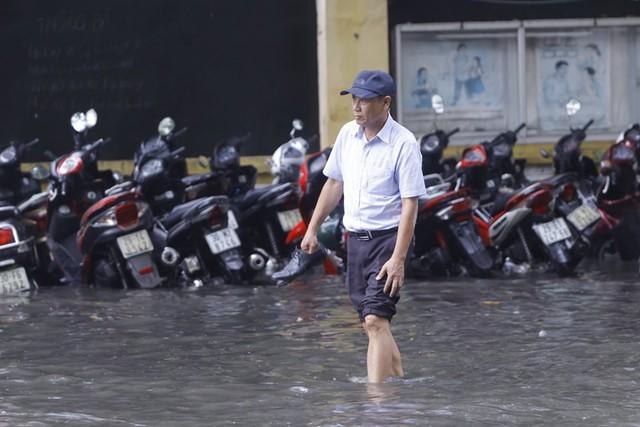 Hà Nội: Nhiều tuyến phố trung tâm bất ngờ ngập nặng, người dân vật lộn giữa mênh mông nước - Ảnh 3.