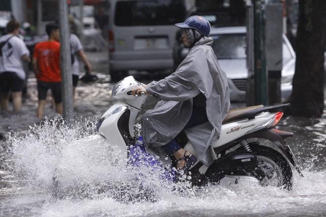 Hà Nội: Nhiều tuyến phố trung tâm bất ngờ ngập nặng, người dân vật lộn giữa mênh mông nước - Ảnh 4.