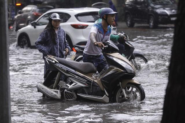 Hà Nội: Nhiều tuyến phố trung tâm bất ngờ ngập nặng, người dân vật lộn giữa mênh mông nước - Ảnh 5.