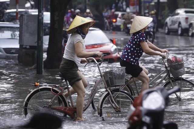 Hà Nội: Nhiều tuyến phố trung tâm bất ngờ ngập nặng, người dân vật lộn giữa mênh mông nước - Ảnh 7.