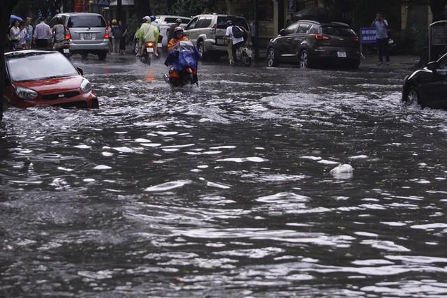 Hà Nội: Nhiều tuyến phố trung tâm bất ngờ ngập nặng, người dân vật lộn giữa mênh mông nước - Ảnh 8.