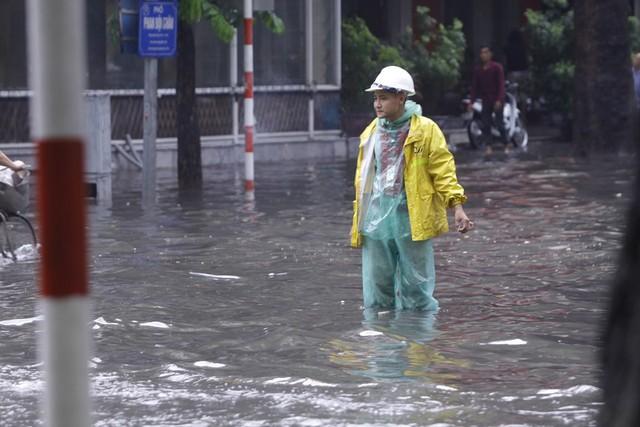 Hà Nội: Nhiều tuyến phố trung tâm bất ngờ ngập nặng, người dân vật lộn giữa mênh mông nước - Ảnh 9.