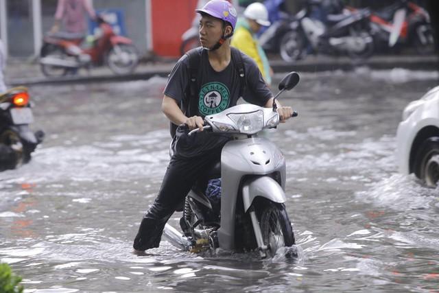 Hà Nội: Nhiều tuyến phố trung tâm bất ngờ ngập nặng, người dân vật lộn giữa mênh mông nước - Ảnh 10.