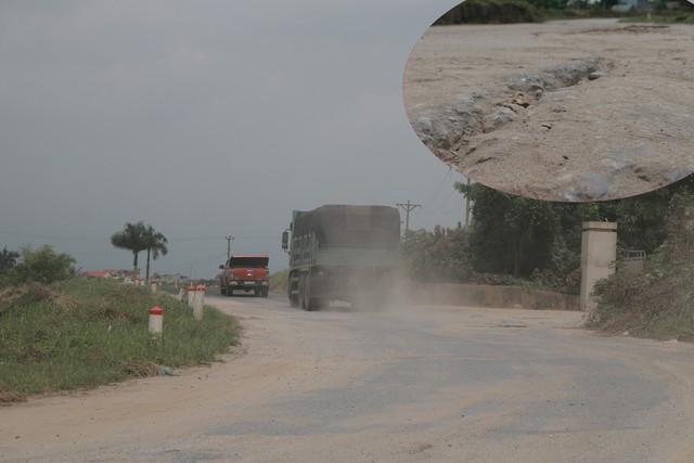 Hà Nội ra quân xử lý xe quá tải trên tuyến đê Hữu Hồng - Ảnh 1.