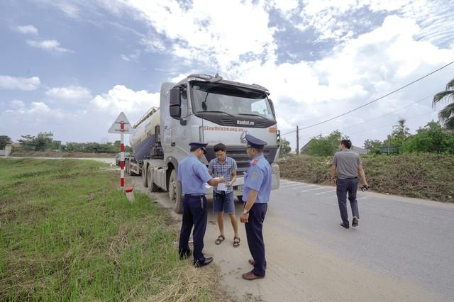 Hà Nội ra quân xử lý xe quá tải trên tuyến đê Hữu Hồng - Ảnh 2.
