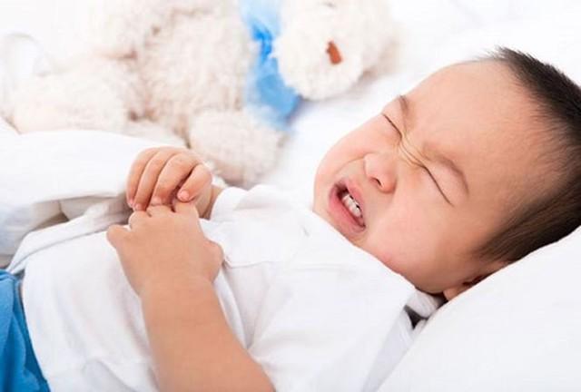 Trẻ kêu đau bụng, cha mẹ để ý dấu hiệu nguy hiểm này kẻo hối không kịp - Ảnh 1.
