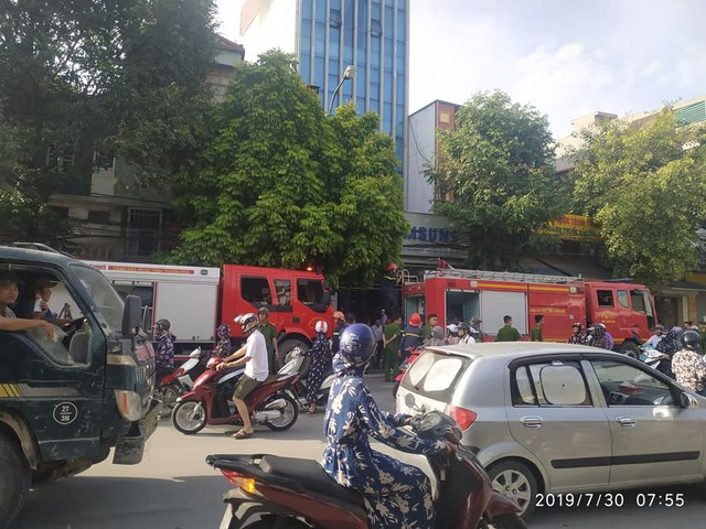 Một cảnh sát PCCC rơi từ tầng 2 bị thương khi chữa cháy - Ảnh 1.