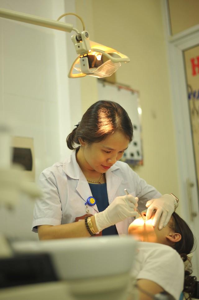 Nữ bác sĩ đam mê giảng dạy, đem lại nụ cười cho người bệnh - Ảnh 1.