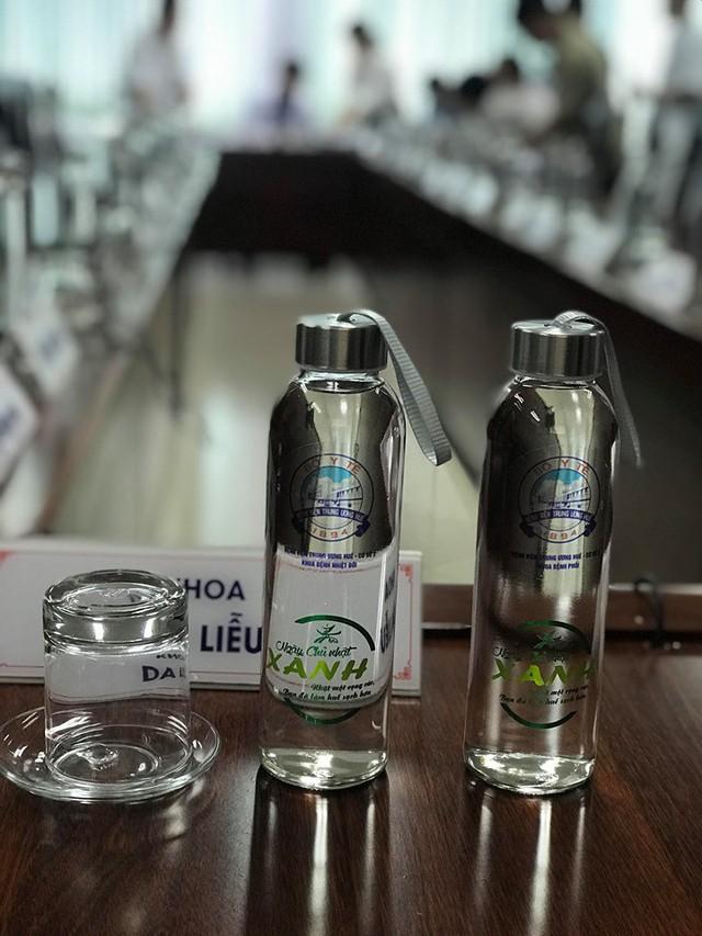 Bộ trưởng Bộ Y tế kêu gọi hạn chế các vật dụng từ nhựa dùng một lần - Ảnh 2.
