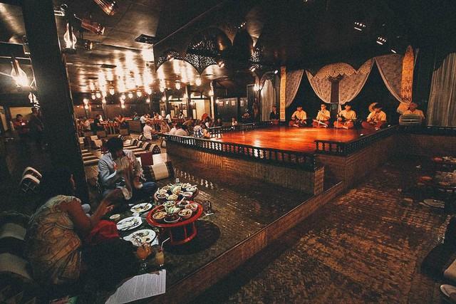 Ăn bốc kiểu hoàng gia trong mâm gỗ ở Thái Lan - Ảnh 1.