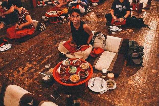 Ăn bốc kiểu hoàng gia trong mâm gỗ ở Thái Lan - Ảnh 2.