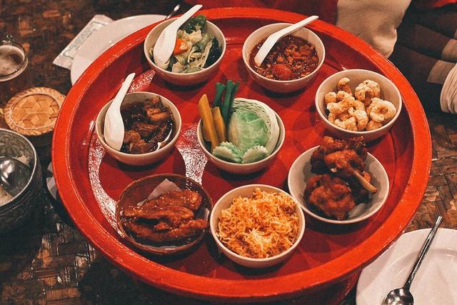 Ăn bốc kiểu hoàng gia trong mâm gỗ ở Thái Lan - Ảnh 3.
