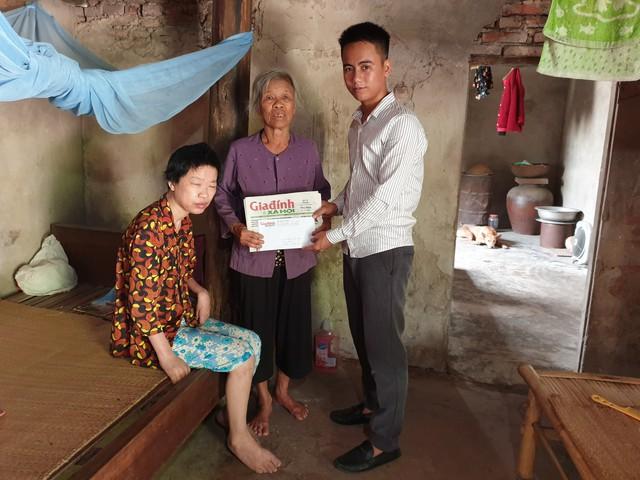 PV Báo Gia đình & Xã hội trao quà bạn đọc cho gia đình bà Lài.