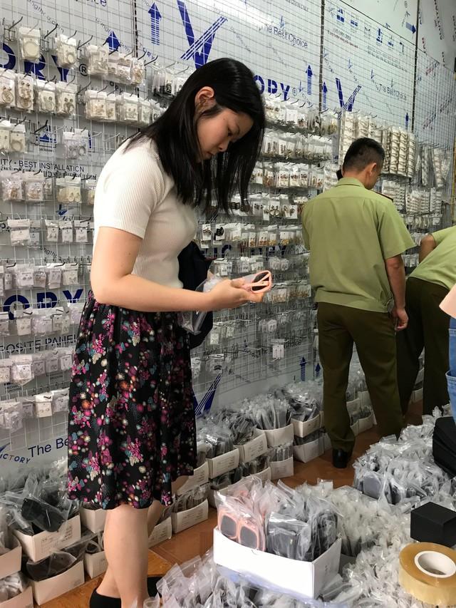 Chợ Ninh Hiệp, Hà Nội: Đồng hồ, kính mắt, quần áo giả thương hiệu nổi tiếng được bán theo... cân - Ảnh 4.
