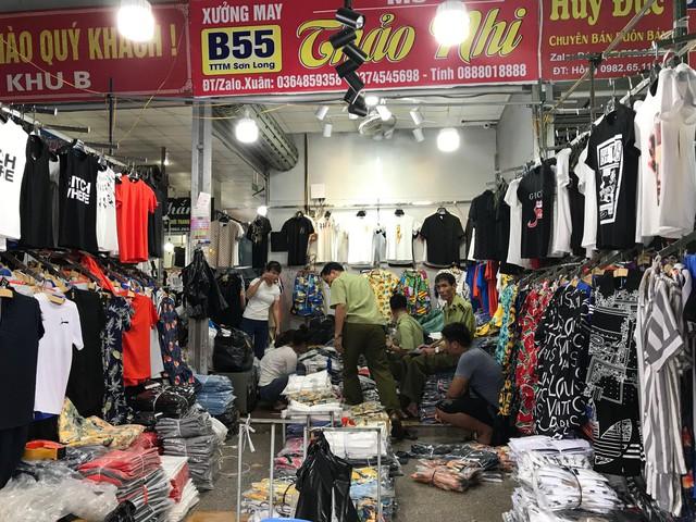 Chợ Ninh Hiệp, Hà Nội: Đồng hồ, kính mắt, quần áo giả thương hiệu nổi tiếng được bán theo... cân - Ảnh 2.