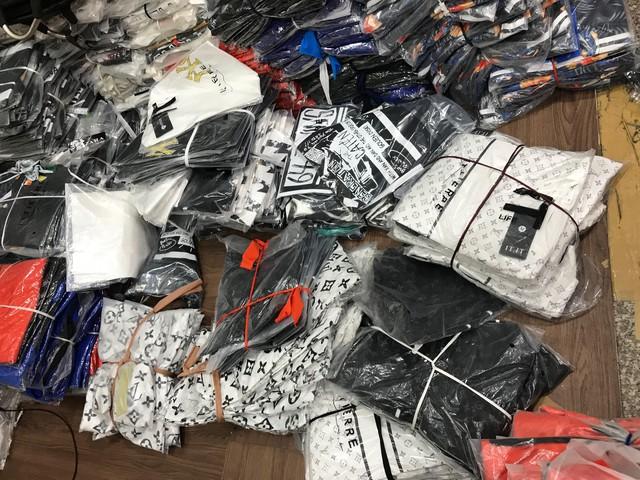 Chợ Ninh Hiệp, Hà Nội: Đồng hồ, kính mắt, quần áo giả thương hiệu nổi tiếng được bán theo... cân - Ảnh 3.