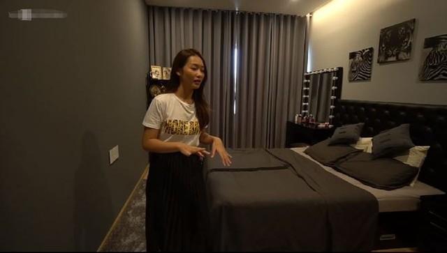 Căn phòng cũng theo tone màu xám- đen theo đúng sở thích của nữ chủ nhân.