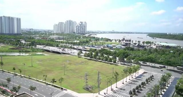 Nhìn từ ban công căn hộ có thể nhìn ra đường lớn và sông Sài Gòn, đây được xem là địa điểm khá lý tưởng cho cuộc sống cá nhân.