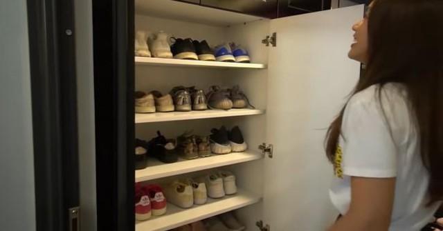 Tủ đồ của cô cũng được sắp xếp với ngăn để giày dép và quần áo gọn gàng.