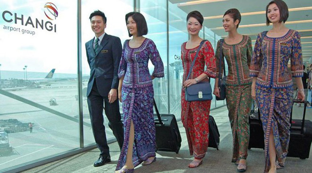 Được thành lập từ năm 1974, Singapore Airlines nổi tiếng là hãng hàng không có chất lượng tốt về dịch vụ chăm sóc khách hàng cũng như đội ngũ nhân viên chuyên nghiệp. Khác với các hãng bay khác, Singapore Airlines sở hữu bộ đồng phục tiếp viên mang đậm nét truyền thống của quốc đảo sư tử. Ảnh: Aviation Geek.
