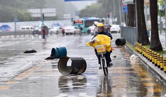 Một tài xế liều mình làm việc khi cơn bão Hato đổ bộ vào miền Nam Trung Quốc tháng 8/2017. Ảnh: Xinhua.