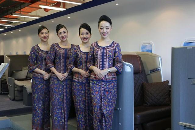Trang phục Sarong kebaya của đội ngũ tiếp viên được thiết kế bởi thương hiệu Balmain đã gây được ấn tượng mạnh đối với những ai đã từng sử dụng dịch vụ của hãng. Hình ảnh những cô gái Singapore luôn nở nụ cười rạng rỡ trong bộ trang phục truyền thống nhưng vẫn có nét hiện đại đã trở thành biểu tượng của Singapore Airlines. Ảnh: Aviation Geek.