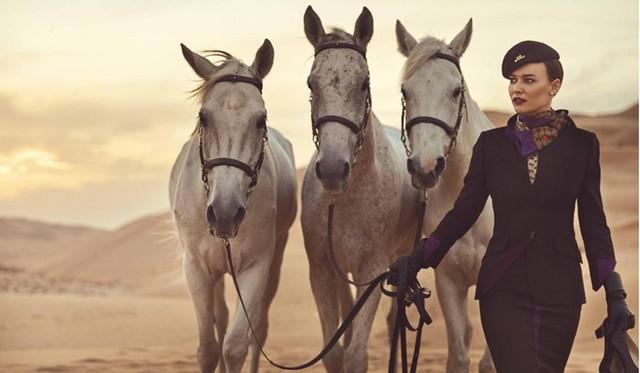 Với áo sơ mi chấm bi satin kết hợp bộ đồ nâu socola, các tiếp viên hàng Etihad khi xuất hiện trông không khác gì thành viên Hoàng gia. Ảnh: Etihad.